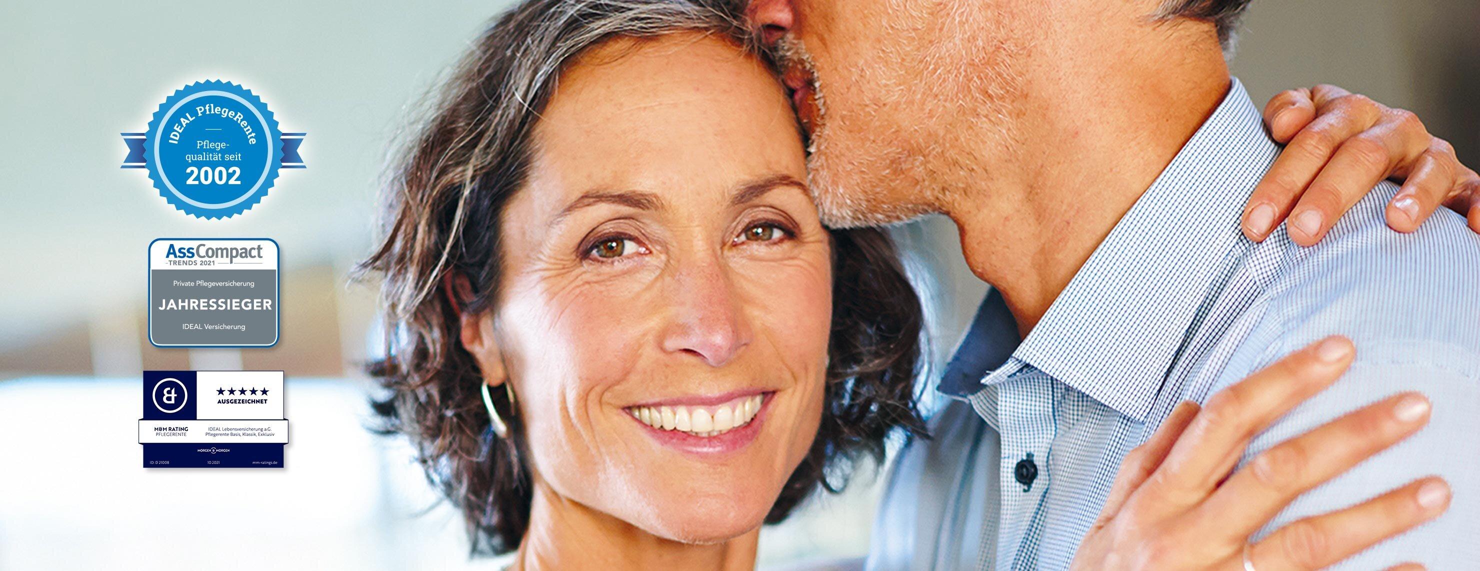IDEAL Pflegerentenversicherung: Mann küsst Stirn der Frau während sie sich umarmen