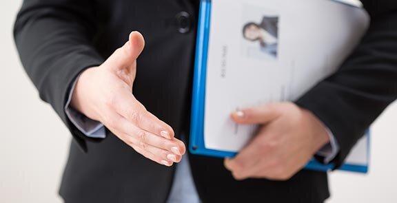 drei Büroangestellte vergleichen ihre Termine