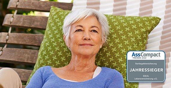IDEAL SterbeGeldplus: ältere Dame entspannt in Hängematte