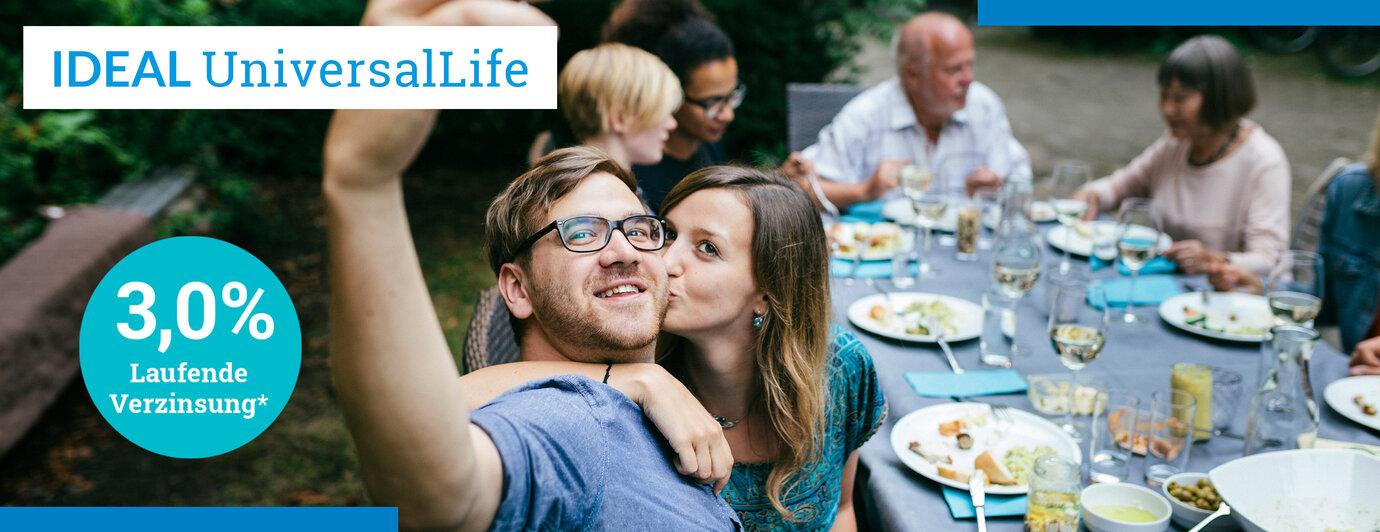 IDEAL UniversalLife, transparentes Versicherungskonto:junges Paar auf Familienfeier