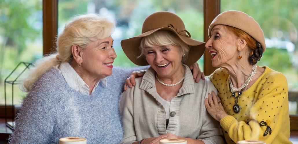 Altersarmut - 3 Seniorinnen beim Kaffee trinken