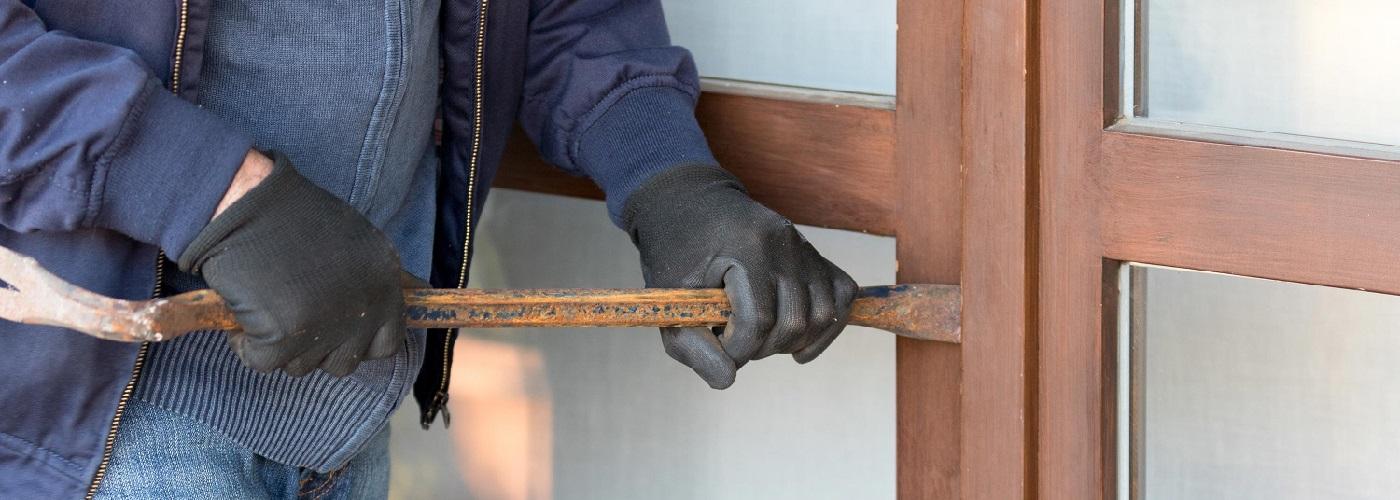 Einbrecher beim Aufhebeln einer Tür