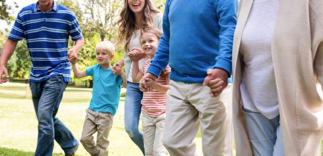 Großfamilien beim Spaziergang