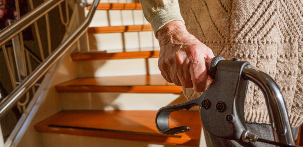 Pflege - Person mit Rollator daheim