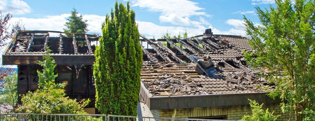 Ein durch den Sturm zerstörtes Dach