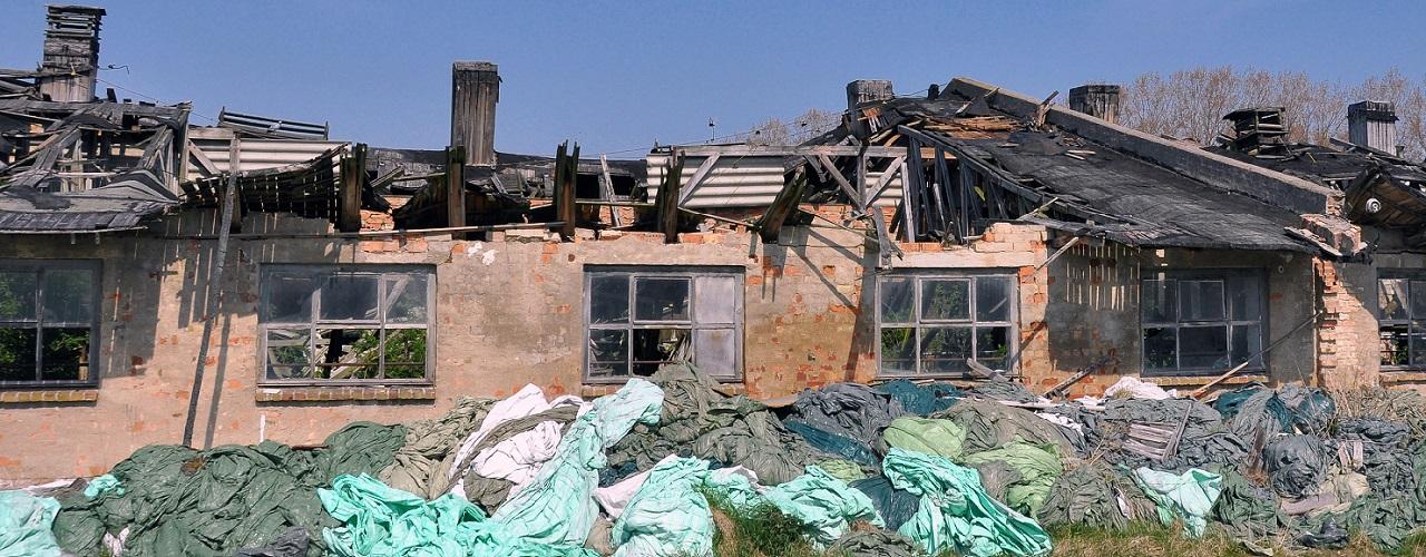 Haus mit ausgebranntem Dachstuhl
