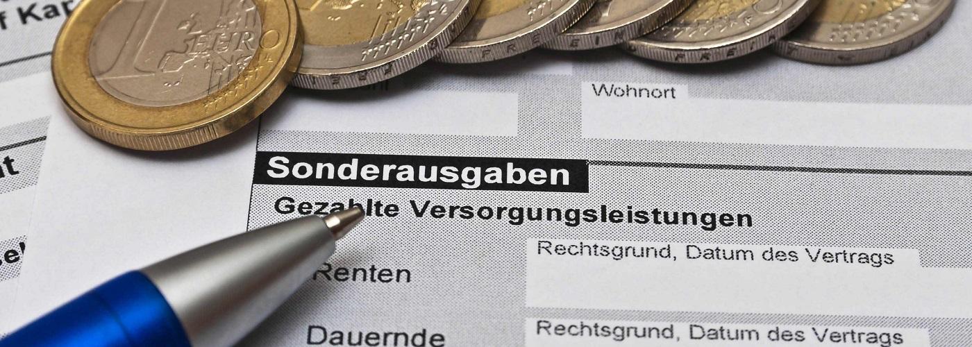 Steuerunterlagen mit Kugelschreiber und Eurostücken