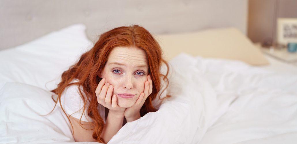 Schlaganfall - Junge Frau auf dem Bett