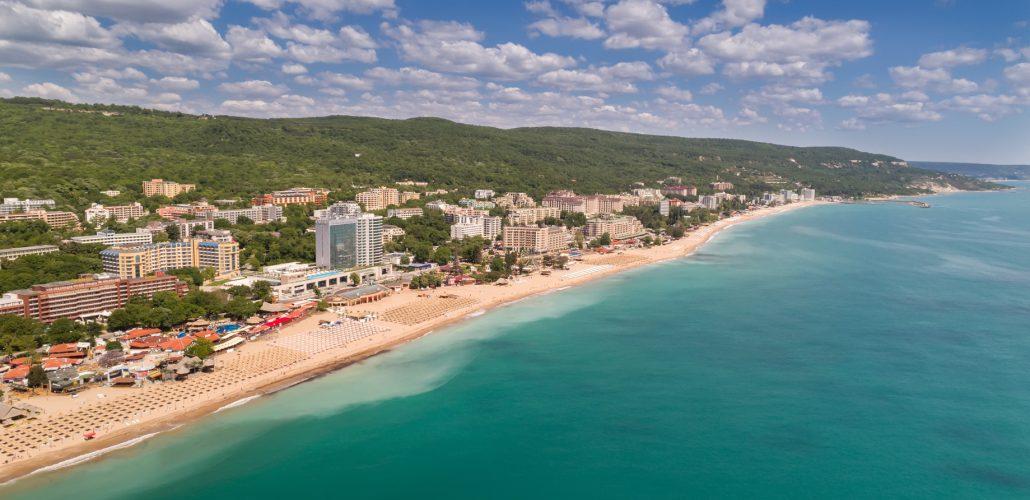 Ruhestand - Küste mit Häusern und Strand