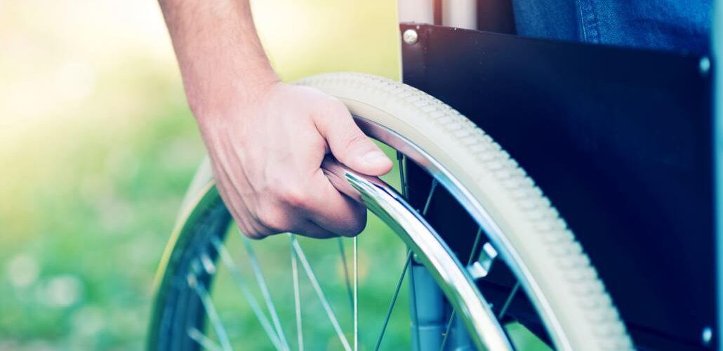 Personenausschnitt im Rollstuhl