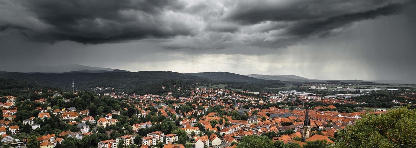 Sturm mit dunklen Wolken über einer Stadt