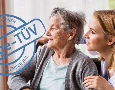 Alte Frau mit Pflegerin und einem Stempel mit HInweis auf den neuen Pflege-TÜV
