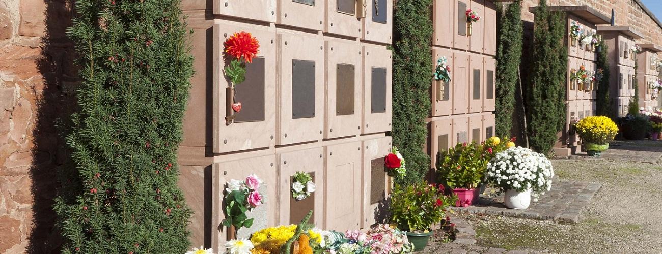 Urnengrab mit Blumenschmuck