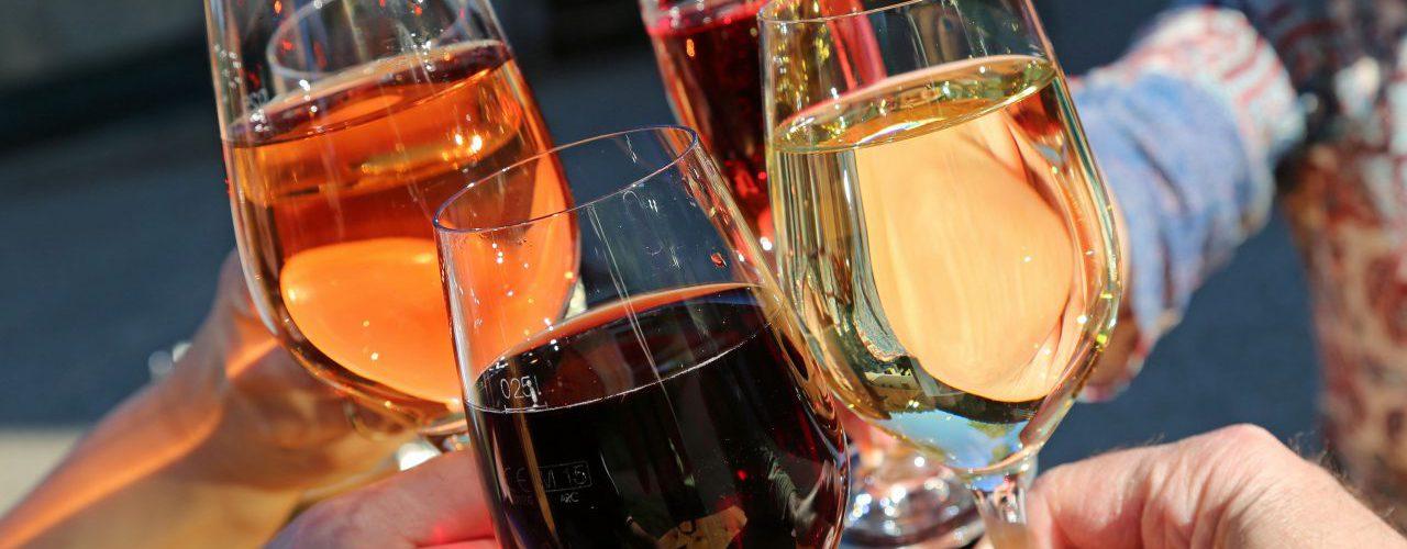 Alkoholgläser stoßen an