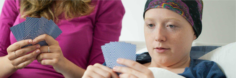 Krebstherapie - ambulante Pflege - Karten spielen