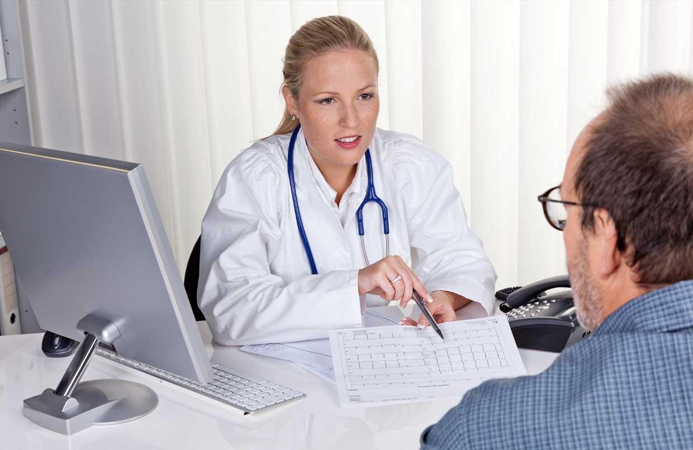 Ärztin im Gespräch mit einem Bauchspeicheldrüsenkrebspatienten