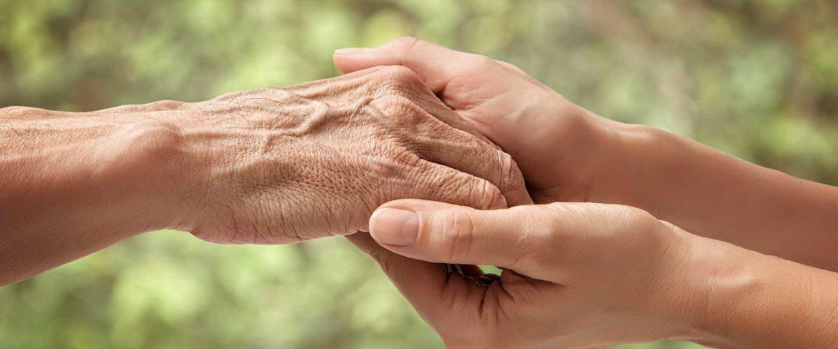 Bauchspeicheldruesenkrebs vererbar - zwei Hände von je einer jungen und älteren Frau