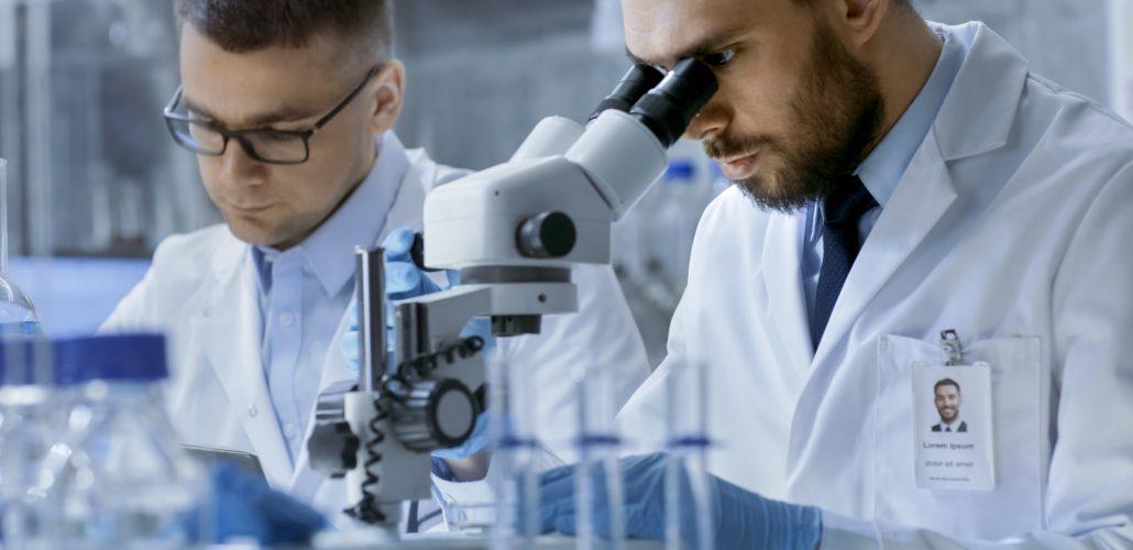 Medizin und Forschung - Forscher am Mikroskop