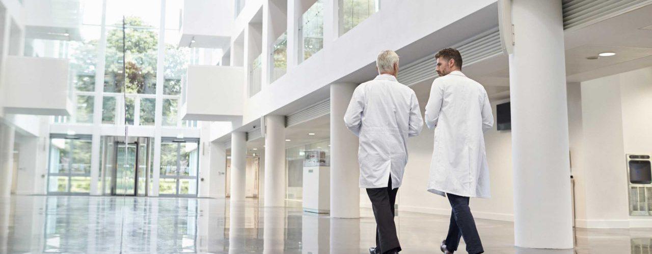 Krebsspezialisten im Flur einer Klinik