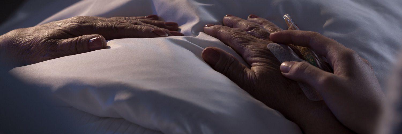 Hände eines sterbender Patienten, Fürsorge der Familie