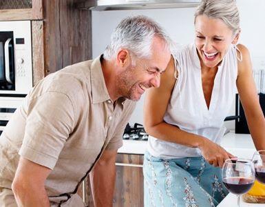 IDEAL Hausratversicherung: Mann und Frau lachend