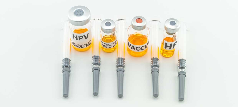Serum und Spritzen für eine HPV-Impfung