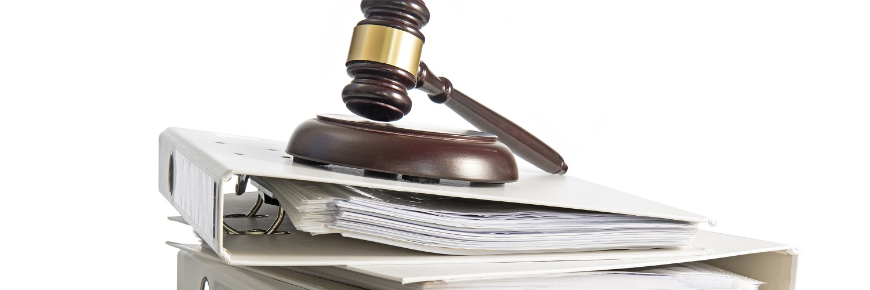 Gerichtshammer auf Akten