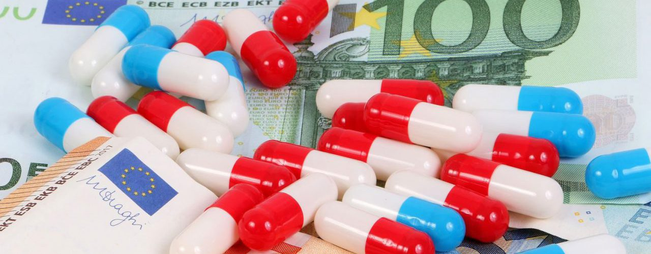 Medikamente liegen auf Geldscheinen