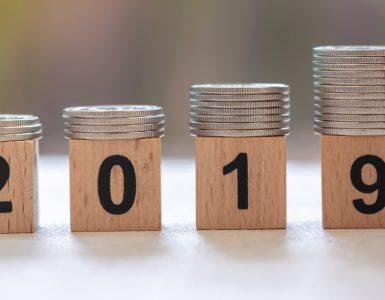 2019 mit größer werdenden Geldstapel
