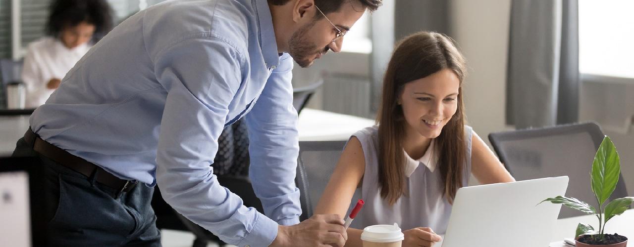 Praktikantin im Büro bekommt vom Chef etwas erklärt