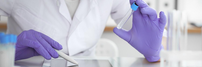 Labor Angestellter mit Reagenzglas