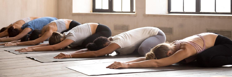 Eine yogagruppe bei einer Bodenübung