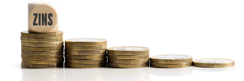 Ein immer kleiner werdender Berg an Kleingeld symbolisiert den aktuellen Niedrigzins