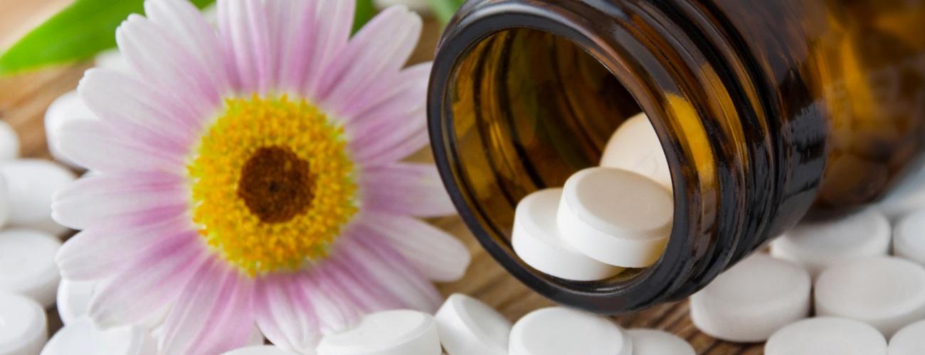 Blume und Tiegel mit Tabletten