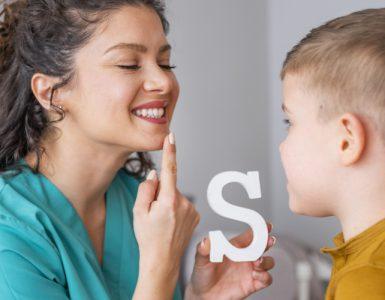 Kind bei Logopädin