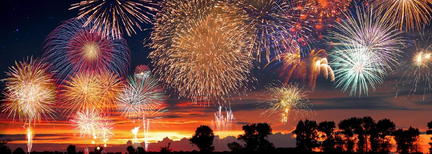 Feuerwerk erstrahlt an Silvester am dunklen Nachthimmel