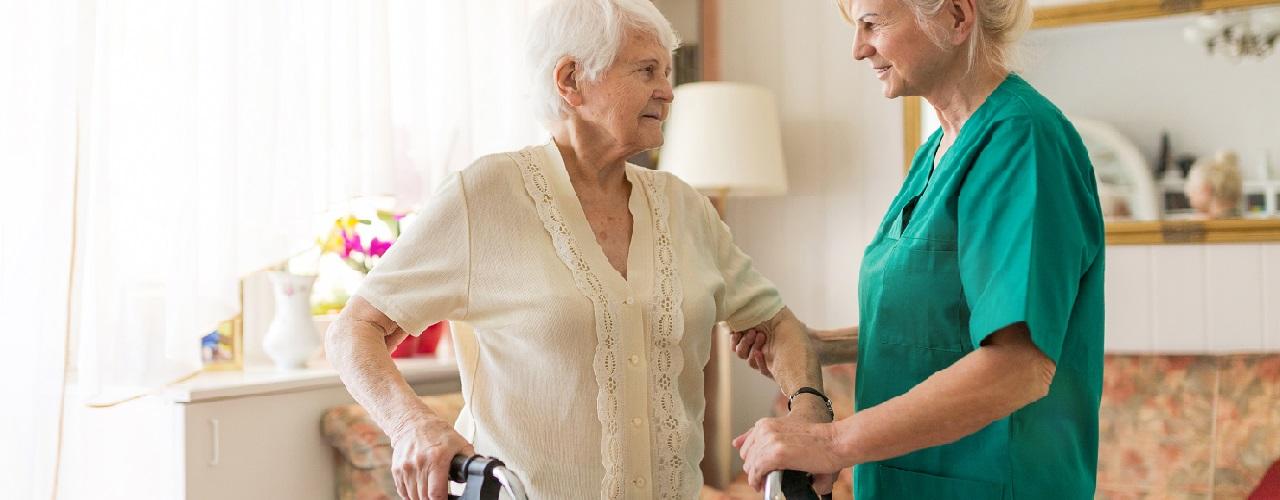 Ein Pflegerin betreut eine Seniorin
