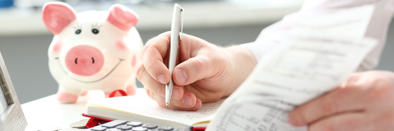 Mann schreibt ins Haushaltsbuch