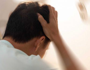 Mann leidet unter Schwindel