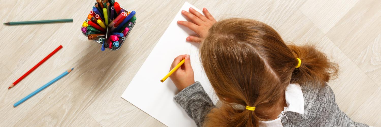Mädchen malt mit der linken Hand