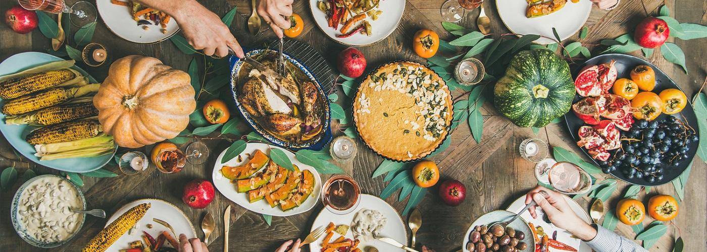 Verschiedene Speisen stehen auf dem Tisch