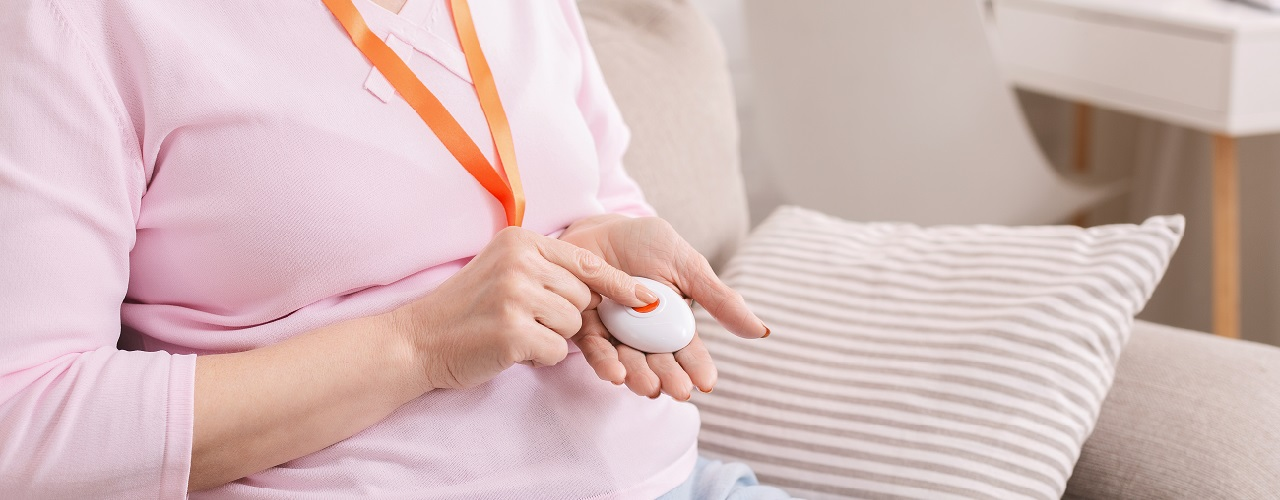 Frau mit Notrufknopf