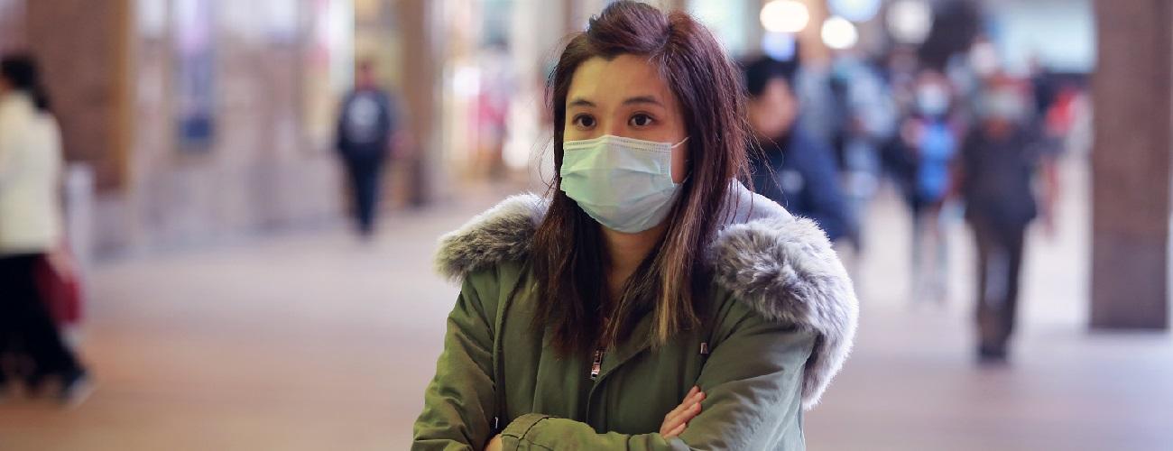 junge Frau mit Mundschutzsmaske