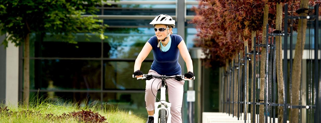 Frau auf ihrem Fahrrad in der Stadt unterwegs