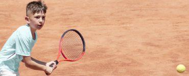 Junge spielt Tennis