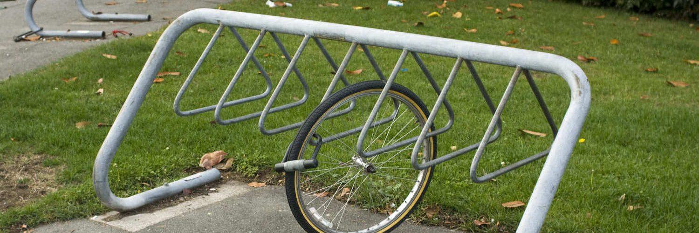 einzelner Fahrradreifen an Radständer angeschlossen