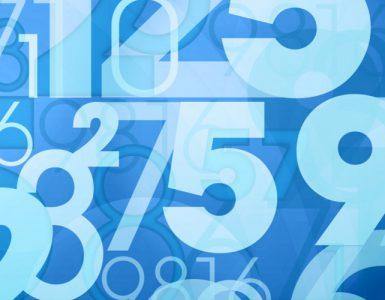 Durchsichtige Zahlen auf blauem Hintergrund