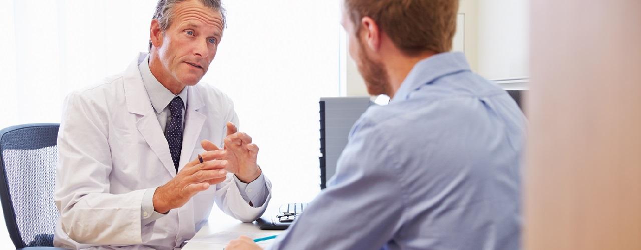 Mann im Arztgespräch