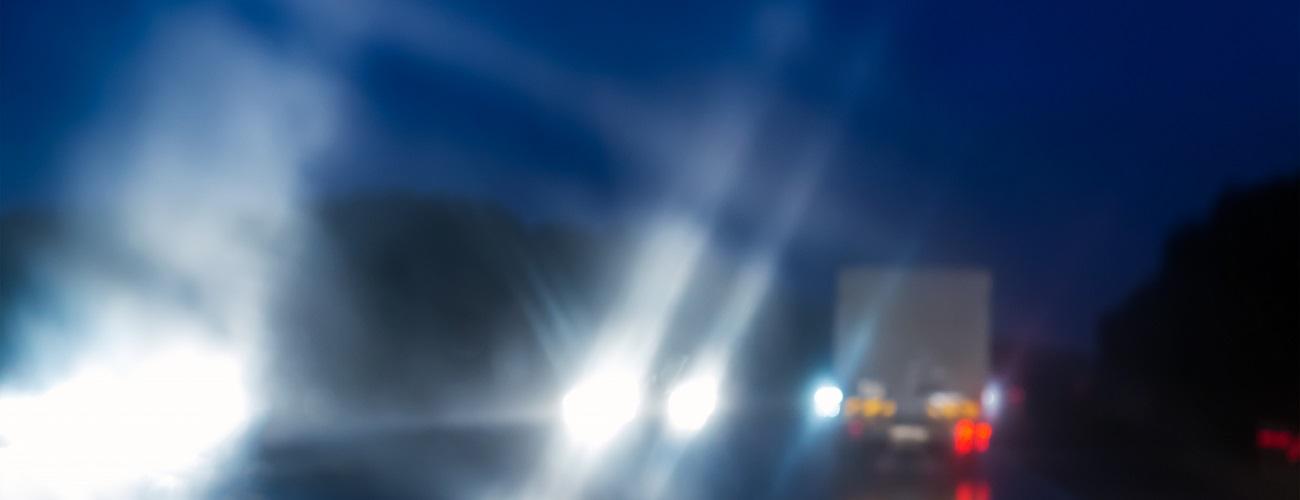 Straße bei Nacht mit verschwommenen Lichtern