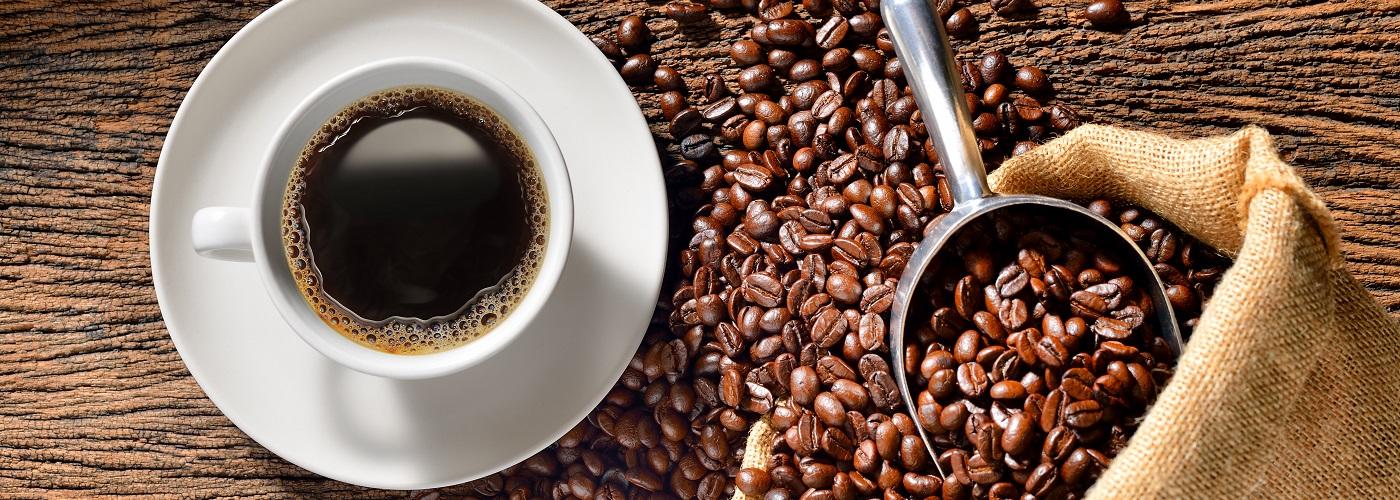 Eine Tasse Kaffee mit Kaffeebohnen